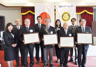 感謝状を受取る八日市屋会長(中央)と企業代表者