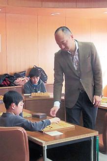 子供相手に駒を指す佐藤七段(提供写真)