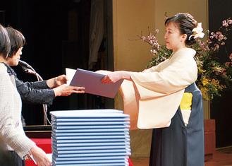 卒業証書を受け取る学生