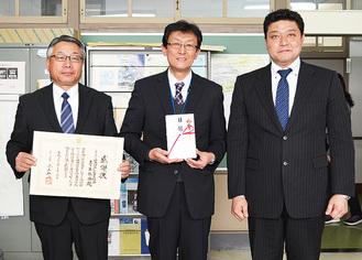 目録を贈呈した磯崎部会長(右)