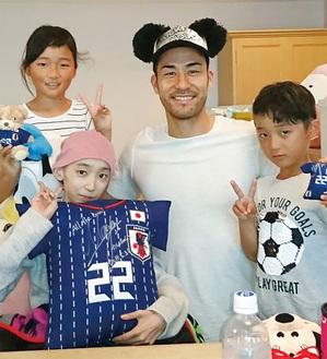 華連さん(左下)を激励した吉田麻也選手(2018年5月/親族提供)