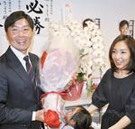 自宅で当選を喜ぶ渡部氏(左)