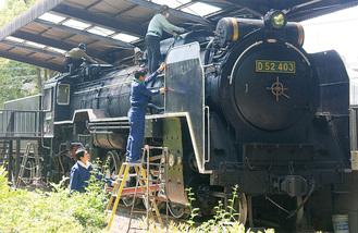 機関車の塗装にあたる有志ら