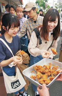 鳥仲商店の見学後、学生に唐揚げが振る舞われた