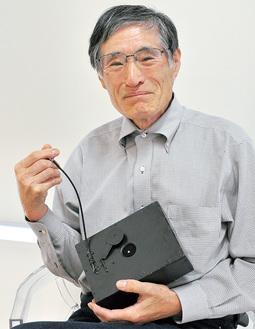 ピンホールカメラを手にする佐藤さん