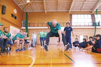 立ち幅跳びを披露するリトアニアパラリンピックナショナルチームの選手