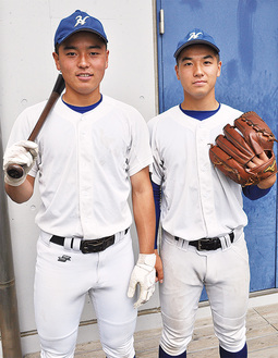 バッテリーを組む内囿捕手(左)と豊泉投手