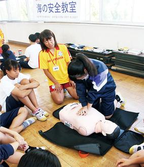 心肺蘇生法を学ぶ生徒たち