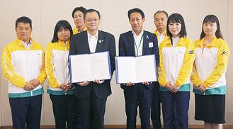 落合市長(左から4人目)と浅野支社長(同5人目)