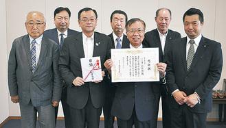 市長からの感謝状を手に片山会長とメンバー