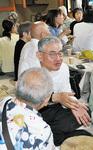 平塚カフェで参加者と談笑する繁田さん