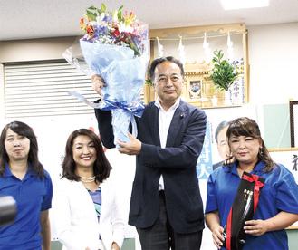 当選確実が報じられ、花束を掲げる島村氏