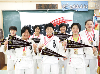 全国大会に出場する金目中柔道部女子。前列左から酒井さん、青木さん、橋本さん後列左から伊與田さん、上水さん、竹下さん、佐藤さん
