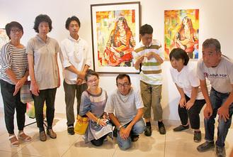 原画を描いたRio.Nakanoさん(左から3人目)と、美術指導者や「ひのき」の利用者ら
