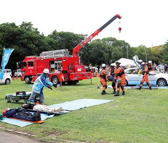自動車から負傷者を救出する消防隊員