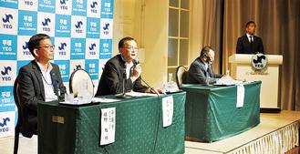 開発事業を説明する市長(手前から2人目)