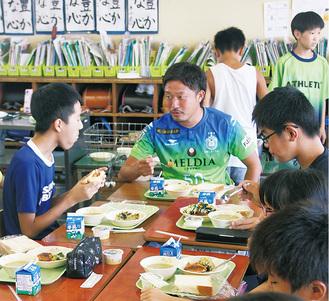 6年3組の教室で、児童たちと給食を食べる古林選手