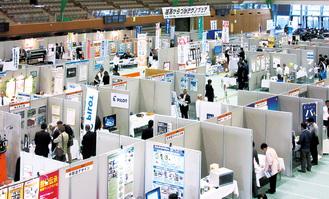 会場では出展各社がブースに分かれ自社を紹介する(写真は2017年)
