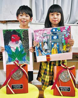 受賞作品を持つ矢野君(左)と宮田さん