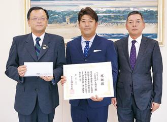 左から、落合克宏市長、澤上代表取締役、岡部一宏取締役