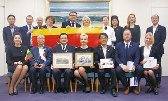 落合市長(前列左から3番目)と、ラサ所長(同4番目)ら同訪問団