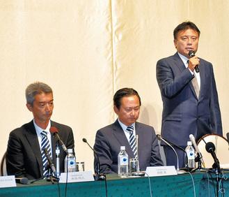 4日の会見でパワハラ行為について謝罪する曺監督(右)、同席した水谷社長(左)、眞壁会長