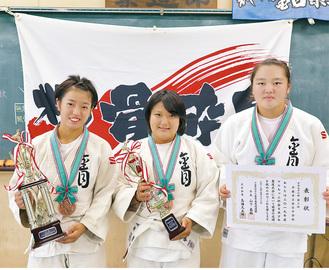 左から3位のトロフィーを持つ先鋒・橋本さん、優秀選手賞のトロフィーを持つ中堅・酒井さん、3位の賞状を持つ大将・佐藤さん