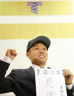 会見終了後、フォトセッションに応じた海野隆司捕手