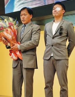 長男から花束を受け取る三ツ井選手(左)