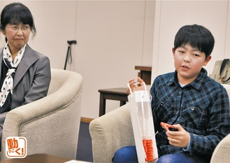 母・恵理子さんの隣で仕組みを説明する守田君