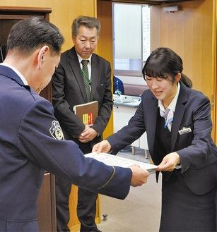 春田署長から感謝状を受け取る柳川さん(右)