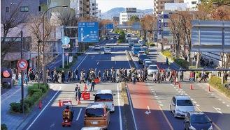国道1号を横断(大門会提供)
