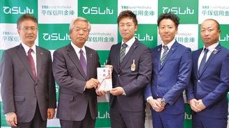 協賛金を贈呈する石崎理事長(左から2番目)と青年部の二見会長(同3番目)