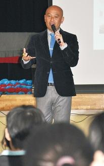 講演する元日本代表の松原氏