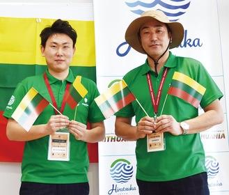 ユニホームを着用する宝蔵寺部会長(右)と市職員