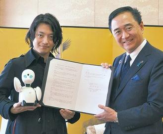 黒岩知事(右)とOriHimeを持つ吉藤さん