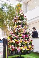 バラなど670本でツリー