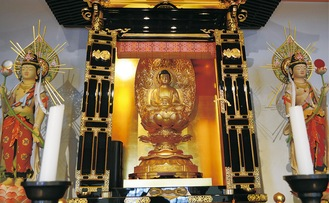 長楽寺の薬師瑠璃光如来と月光菩薩(左)、日光菩薩(右)