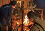 妙圓寺の護摩焚き。「疫病退散」などと書かれた護摩木をくべる参加者