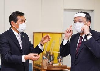 落合市長(右)にマスクの使い方を説明する木村社長