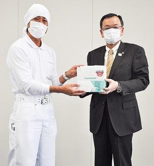 出来たてのマスクを手渡す相馬代表(左)