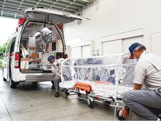 新たに配備された救急車(奥)とアイソレーター