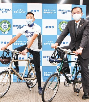 落合克宏市長(右)と田代氏