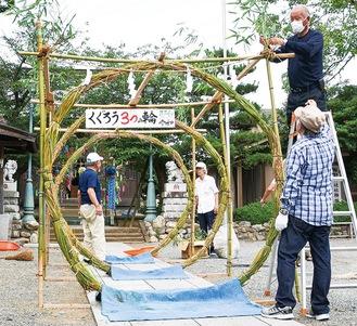 茅の輪を張り替える神社の総代(6月27日撮影)