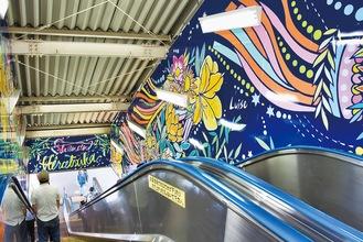 下りホーム(3・4番線)エスカレーターの壁面(平塚市提供)