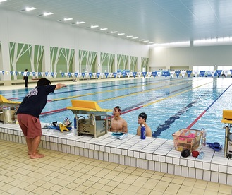 新設された屋内50mプールで練習する選手ら