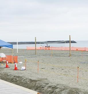 利用を再開したビーチバレーコート(18日撮影)