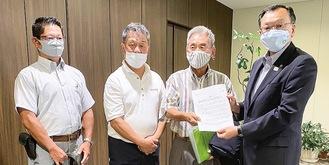落合市長(右)に要望書を渡す桃浜町自治会メンバー(提供写真)