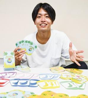 可愛らしいイラストが描かれたカードを紹介する小宮海里さん