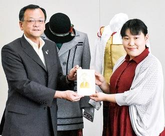 落合市長と木村さん(右)